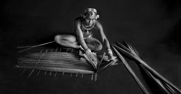 08abr2013---o-fotografo-sebastiao-salgado-registra-um-indigena-na-tribo-de-mentawai-sumatra-para-o-livro-genesis-1365418351448_956x500